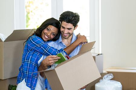 woman_hugging_man_when_unpacking